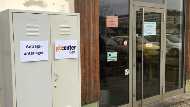 Bild des Dokumentenschranks vor dem Eingang des Gebrauchtwarenhauses